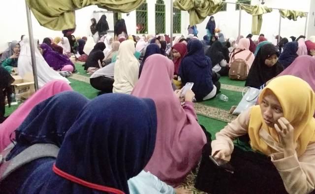https: img-o.okeinfo.net content 2018 10 12 338 1963437 asramanya-terbakar-ratusan-mahasiswi-santri-iiq-ngungsi-ke-masjid-vij9Wkhh4h.jpg