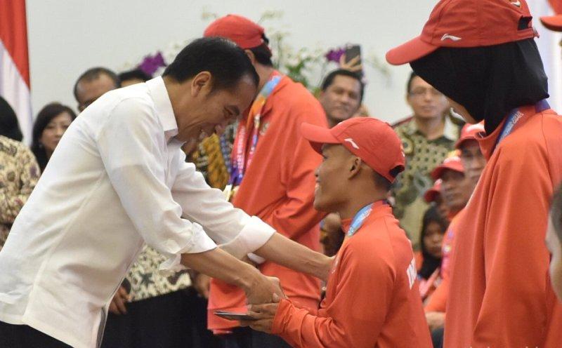 https: img-o.okeinfo.net content 2018 10 13 43 1963582 presiden-jokowi-serahkan-bonus-bagi-kontingen-atlet-asian-para-games-2018-EYe4hGvpqW.jpg