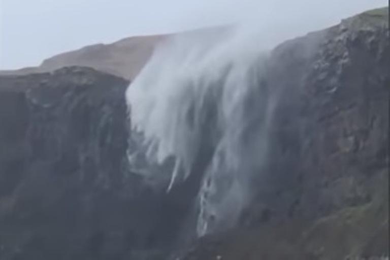 https: img-o.okeinfo.net content 2018 10 15 18 1964331 air-terjun-di-skotlandia-mengalir-terbalik-karena-tiupan-badai-n0sZH2ulrY.jpg