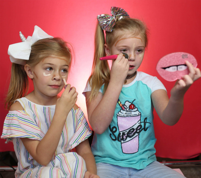 https: img-o.okeinfo.net content 2018 10 15 194 1964190 tren-make-up-pada-anak-anak-menghantui-orangtua-benar-bahayakah-4a4cqRoLh2.jpg