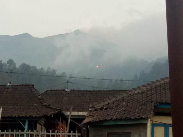 https: img-o.okeinfo.net content 2018 10 15 512 1964041 kobaran-api-di-gunung-merbabu-semakin-besar-mdZhk1F7v1.jpg