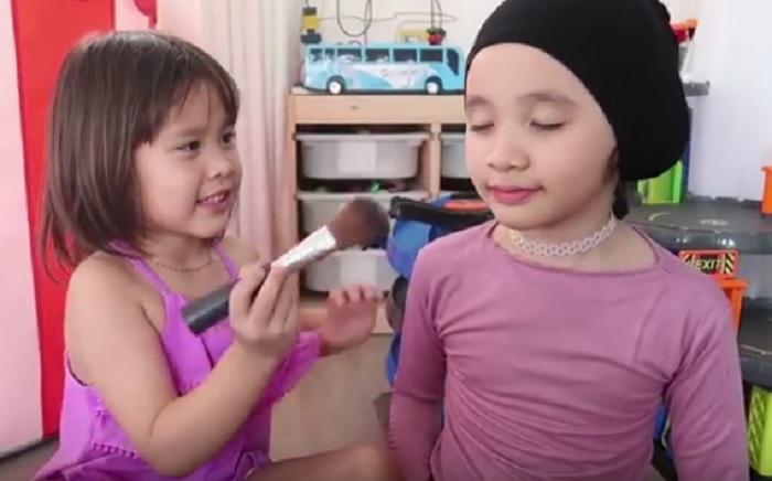 https: img-o.okeinfo.net content 2018 10 17 194 1965239 tutorial-make-up-menggemaskan-ala-kala-dan-sybil-putri-zaskia-mecca-rBlJWmD4SE.jpg