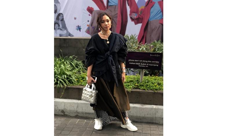 https: img-o.okeinfo.net content 2018 10 21 194 1966992 datang-ke-jakarta-fashion-week-2019-ayla-dimitri-tampil-dengan-gaya-over-layering-RRKnxttuEu.jpg