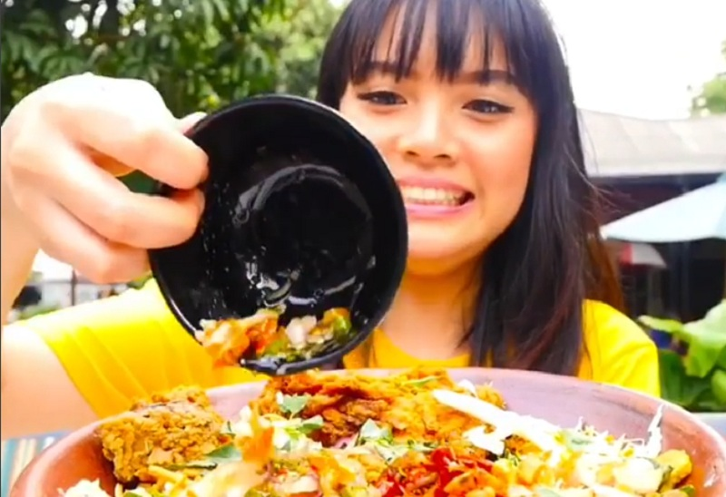 https: img-o.okeinfo.net content 2018 10 26 298 1969207 food-vlogger-ini-jajal-camilan-hingga-makanan-super-pedas-tersiksa-banget-yJdWJXcVfS.jpg
