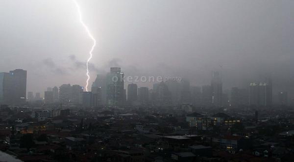 https: img-o.okeinfo.net content 2018 10 29 338 1970140 peringatan-sumpah-pemuda-di-bogor-yang-dihadiri-jokowi-batal-dampak-hujan-deras-7Ov0LPqF52.jpg