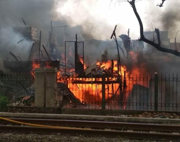 https: img-o.okeinfo.net content 2018 11 08 338 1974992 rumah-warga-di-grogol-kebakaran-weePVfOeqq.jpg