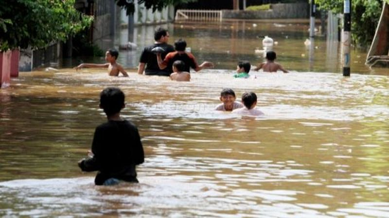 https: img-o.okeinfo.net content 2018 11 08 525 1975242 banjir-dan-longsor-terjang-tasikmalaya-ribuan-warga-masih-terisolasi-uqxIFvSk0y.jpg