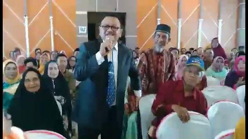 https: img-o.okeinfo.net content 2018 11 10 65 1975995 pengakuan-jasruddin-saat-nyanyi-titip-rindu-buat-ayah-bikin-wisudawan-nangis-luwE5No6wg.jpg