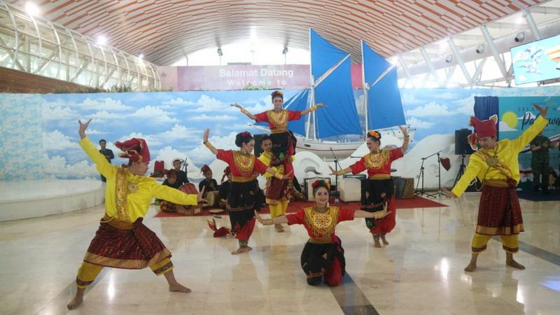 https: img-o.okeinfo.net content 2018 11 11 340 1976140 musik-nasional-kostum-pahlawan-hibur-penumpang-di-bandara-makassar-doCUeIM90j.jpg