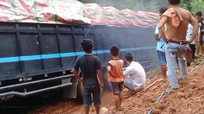 https: img-o.okeinfo.net content 2018 11 11 340 1976150 warga-syok-saksikan-jatuhnya-truk-ke-dalam-sungai-ef2gl7HFDY.jpg