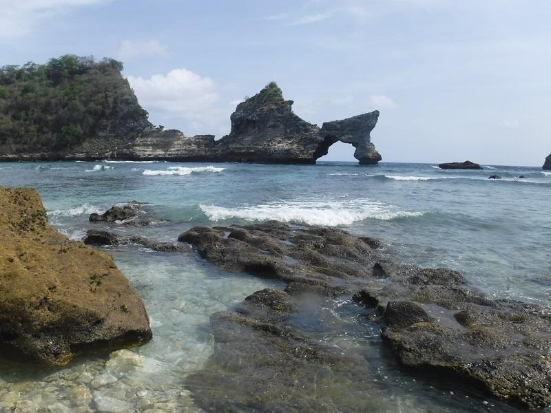 https: img-o.okeinfo.net content 2018 11 12 406 1976879 menikmati-keindahan-atuh-beach-di-nusa-penida-yang-masih-sepi-pengunjung-2OCInjrj2D.jpg