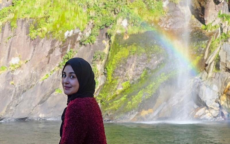 https: img-o.okeinfo.net content 2018 11 15 194 1978143 bergaya-stylish-dengan-hijab-dan-tas-mewah-ala-shireen-sungkar-MRaxZbYVH3.jpg