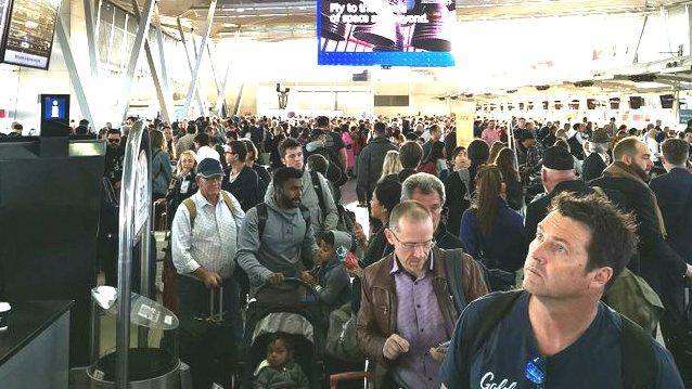 https: img-o.okeinfo.net content 2018 11 23 18 1981604 ribuan-penumpang-pesawat-di-sydney-tertunda-akibat-cuaca-buruk-U9fgSSLUHN.jpg