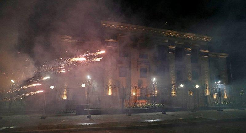 https: img-o.okeinfo.net content 2018 11 26 18 1982778 imbas-insiden-penembakan-kapal-ukraina-kedutaan-rusia-dilempari-bom-asap-dan-suar-kNyU22Z4Hf.jpg