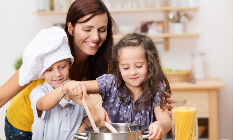 https: img-o.okeinfo.net content 2018 11 27 298 1983634 tips-agar-anak-tidak-jadi-generasi-micin-ala-putri-habibie-dari-masakan-7YkjWcDz98.jpg