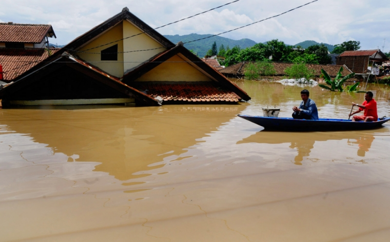 https: img-o.okeinfo.net content 2018 11 28 244 1983799 banjir-kepung-jembrana-tembok-rumah-warga-ambruk-diterjang-air-bah-nYRRplhGbG.jpg