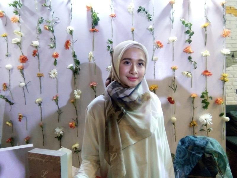 https: img-o.okeinfo.net content 2018 11 30 194 1985253 laudya-cynthia-bella-bersyukur-kepada-allah-lewat-koleksi-hijab-terbarunya-BZIOP9a7So.jpeg