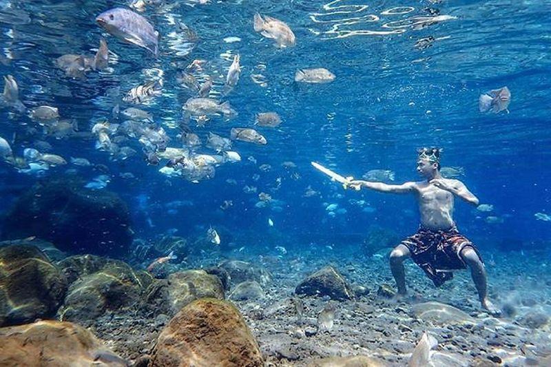 https: img-o.okeinfo.net content 2018 11 30 406 1984892 kerennya-berfoto-dalam-air-bersama-ikan-ada-di-indonesia-kok-BDGTGvOie9.jpg