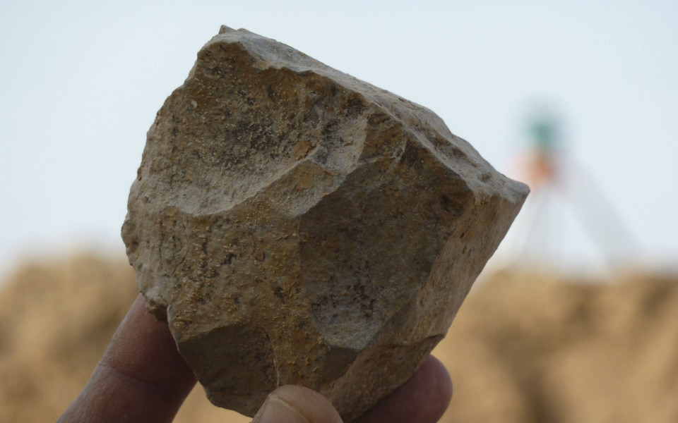 https: img-o.okeinfo.net content 2018 11 30 56 1985034 arkeolog-temukan-perkakas-batu-berusia-2-4-juta-tahun-MxbQtO6hOE.jpeg