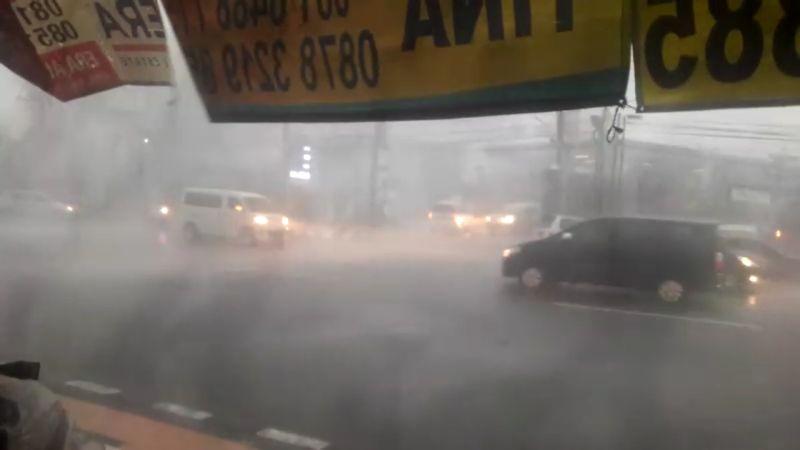 https: img-o.okeinfo.net content 2018 12 03 512 1986286 semarang-dilanda-hujan-badai-pemotor-tak-berani-melintas-PRJ7pt7cGL.jpg