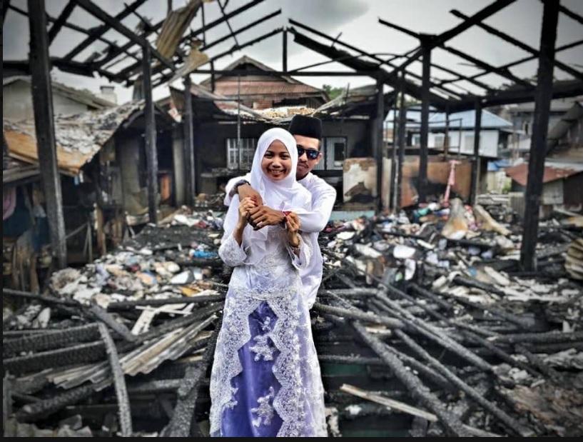 https: img-o.okeinfo.net content 2018 12 05 196 1987231 puing-puing-kebakaran-jadi-latar-foto-pernikahan-kisah-pengantin-ini-mengharukan-0bqgLF3piB.jpg