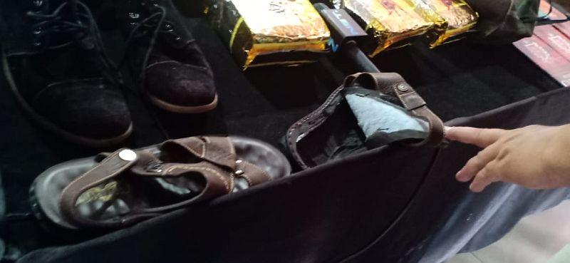https: img-o.okeinfo.net content 2018 12 07 337 1988076 petugas-gagalkan-penyelundupan-sabu-2-kg-di-dalam-sepatu-8qoC5AOfng.jpg