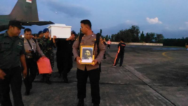 https: img-o.okeinfo.net content 2018 12 07 609 1988347 kedatangan-16-jenazah-korban-kkb-papua-asal-makassar-disambut-histeris-berikut-identitasnya-1Yegomc9GB.jpg