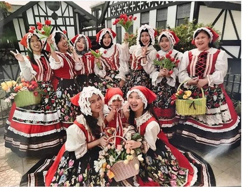 https: img-o.okeinfo.net content 2018 12 08 406 1988583 makin-berasa-seperti-di-luar-negeri-tempat-wisata-ini-sewakan-kostum-properti-QuBbUM6FZU.jpg