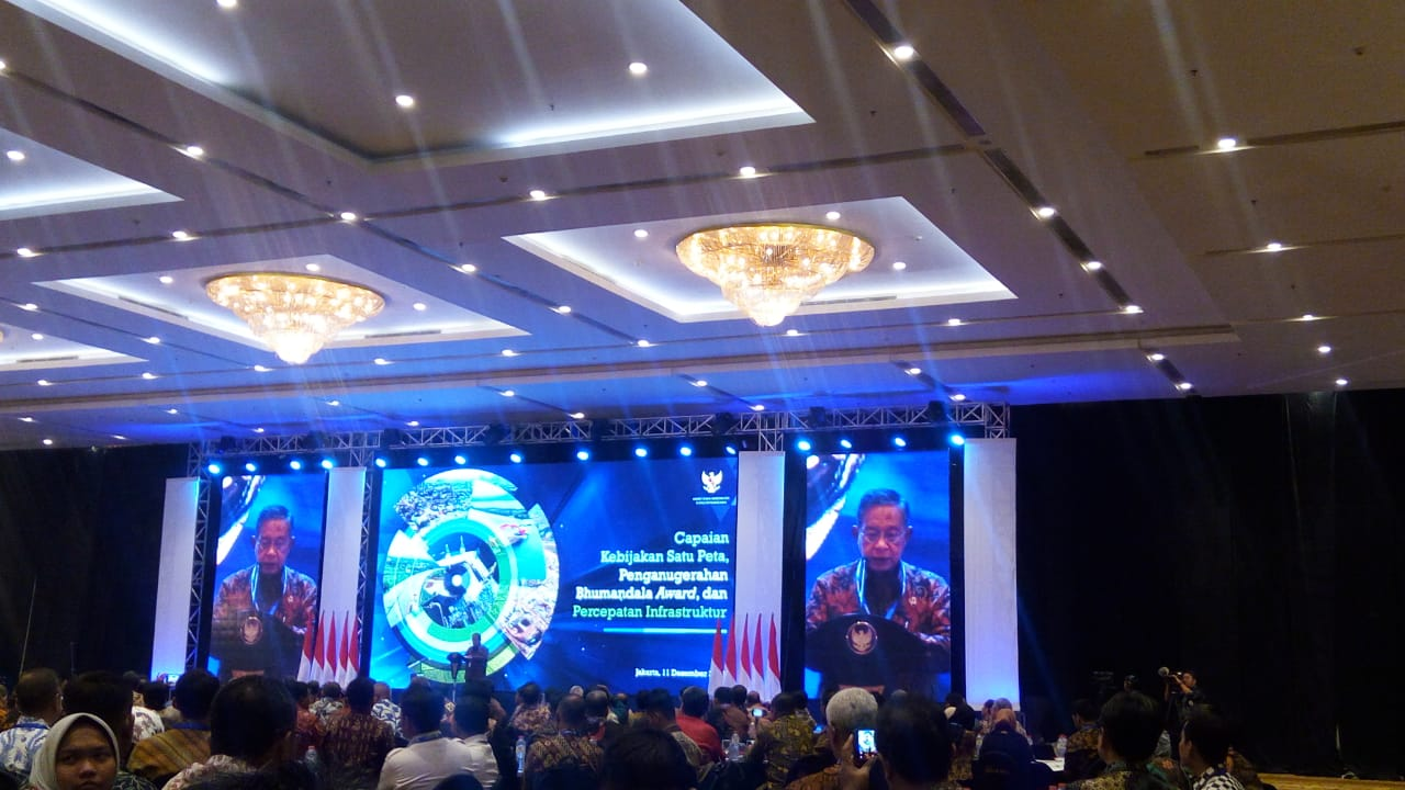 https: img-o.okeinfo.net content 2018 12 11 470 1989564 menko-darmin-sebut-kebijakan-satu-peta-di-seluruh-indonesia-rampung-2019-SQpFfzJiDq.jpeg