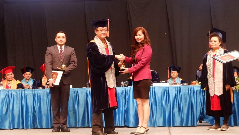 https: img-o.okeinfo.net content 2018 12 13 65 1990620 mnc-sekuritas-terima-penghargaan-binus-alumni-award-pFpjgbirHl.jpg
