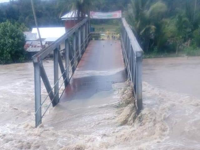 https: img-o.okeinfo.net content 2018 12 14 608 1991315 jembatan-ambruk-imbas-curah-hujan-tinggi-di-pahae-tapanuli-utara-RoPtw1FeHW.jpg