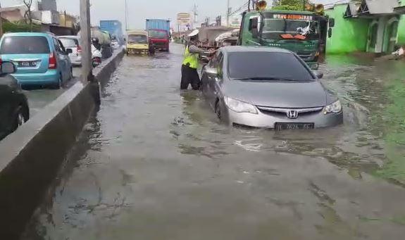 https: img-o.okeinfo.net content 2018 12 16 512 1992029 polisi-sibuk-dorong-kendaraan-mogok-yang-terjebak-banjir-kaligawe-pX0bNtI8In.JPG
