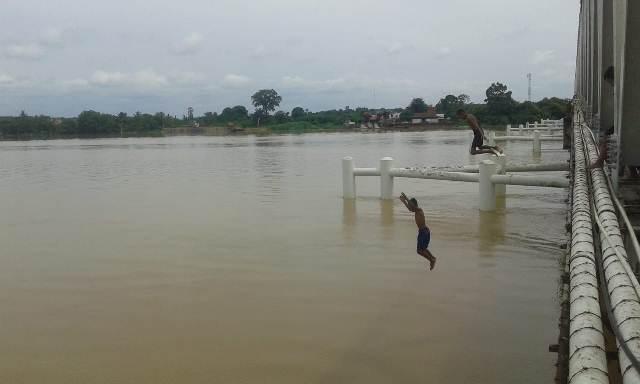 https: img-o.okeinfo.net content 2018 12 17 340 1992149 hiburan-menantang-maut-anak-jambi-terjun-ke-sungai-batanghari-kala-debit-air-naik-HIjID2eeQ6.jpg