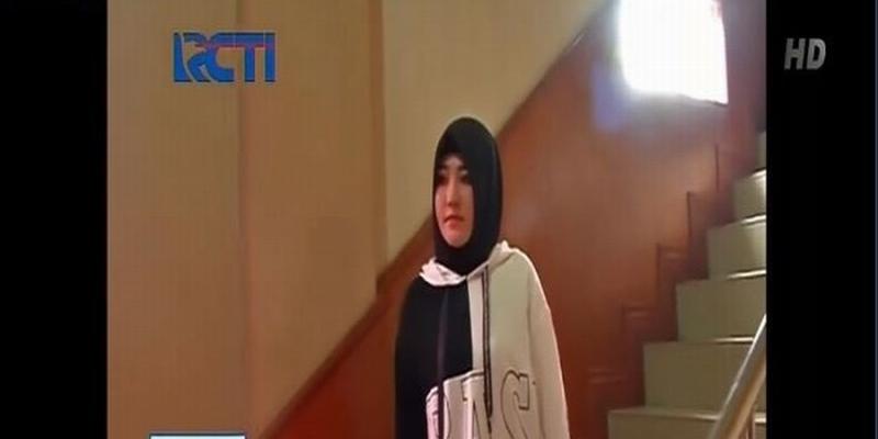 https: img-o.okeinfo.net content 2018 12 20 33 1993837 diperiksa-kasus-kosmetik-ilegal-via-vallen-datangi-polda-jatim-pakai-hijab-NOy2QC7U2r.jpg