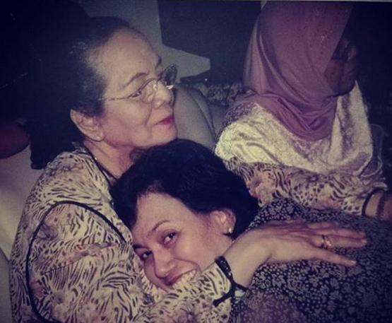 https: img-o.okeinfo.net content 2018 12 22 20 1994790 hari-ibu-sri-mulyani-unggah-foto-favorit-bersama-almarhumah-ibunya-o1CHyHOSjQ.png
