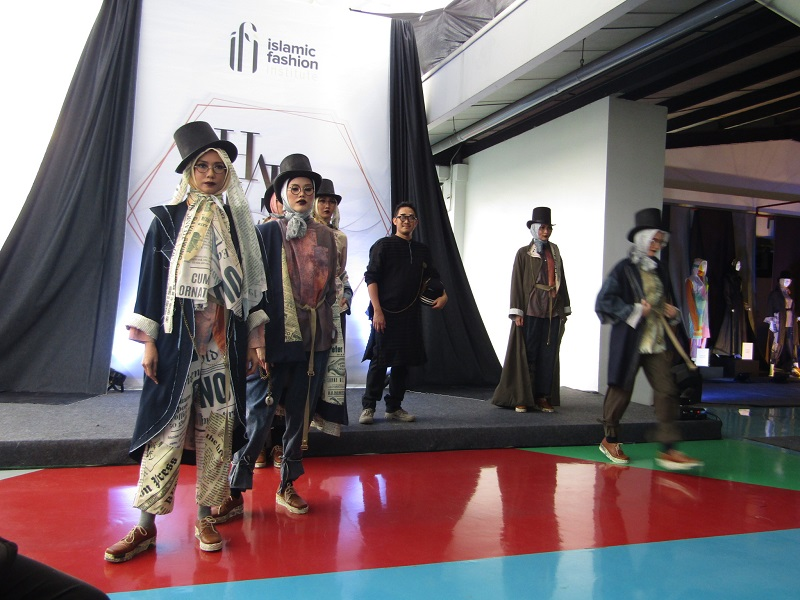 https: img-o.okeinfo.net content 2018 12 25 194 1995662 berkenalan-dengan-m-firman-nurimansyah-lulusan-pria-pertama-dari-sekolah-fashion-ifi-6zRGYROEiJ.JPG
