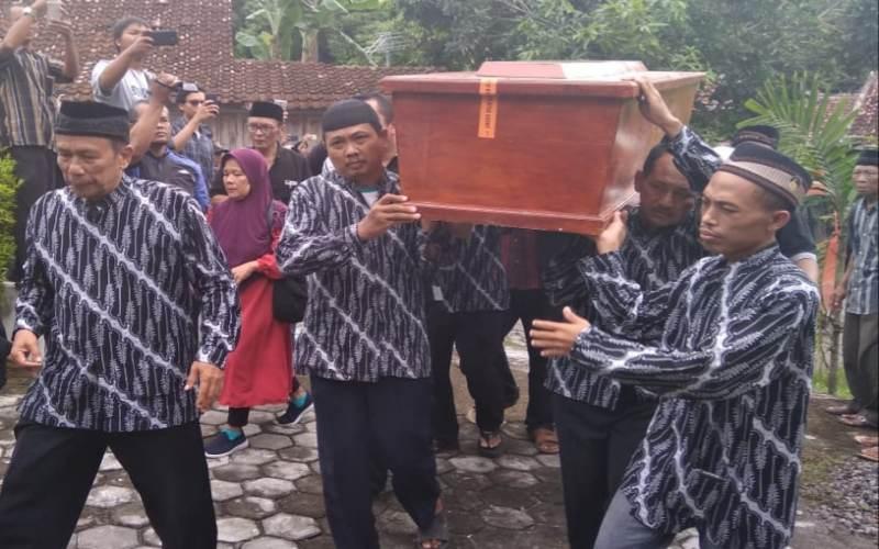 https: img-o.okeinfo.net content 2018 12 25 33 1995747 jenazah-drumer-seventeen-akan-di-makamkan-di-yogyakarta-W5nkYm2adL.jpg
