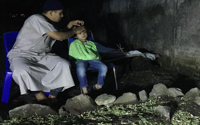 https: img-o.okeinfo.net content 2018 12 26 33 1996106 kesedihan-anak-herman-seventeen-di-pusara-ayahnya-f87fnZXAr4.jpg