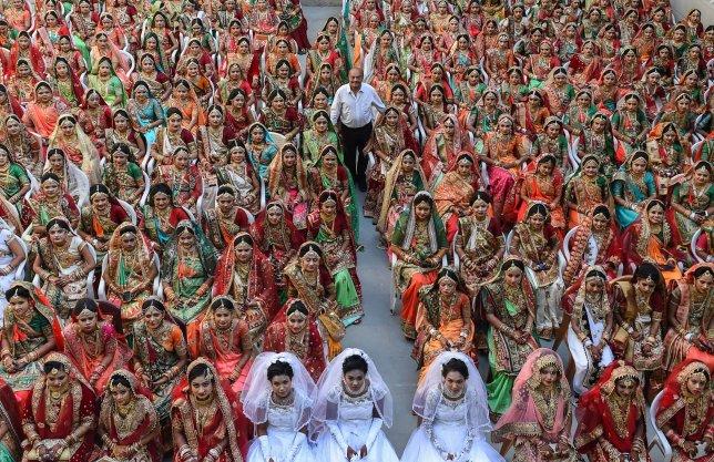 https: img-o.okeinfo.net content 2018 12 28 320 1996958 pengusaha-berlian-asal-india-biayai-pernikahan-lebih-dari-3-000-wanita-yatim-24X25G7SLe.jpg