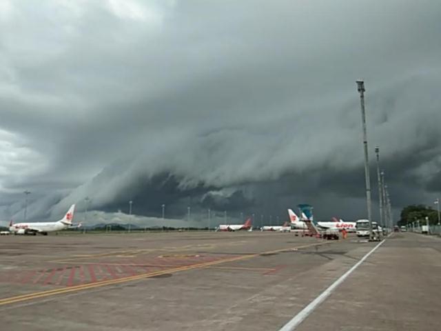 https: img-o.okeinfo.net content 2019 01 02 609 1998859 heboh-awan-berbentuk-mirip-tsunami-muncul-di-langit-bandara-hasanuddin-62U91DHRcI.jpg