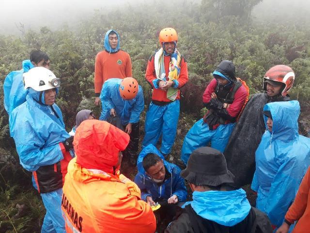 https: img-o.okeinfo.net content 2019 01 03 609 1999218 cerita-tim-sar-temukan-pendaki-dalam-kondisi-kedinginan-di-gunung-bawakaraeng-AJYCISFyTo.jpg