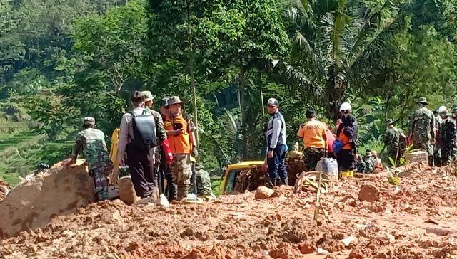 https: img-o.okeinfo.net content 2019 01 04 525 1999930 update-korban-longsor-sukabumi-18-orang-tewas-dan-15-masih-hilang-NnjhG6siHW.jpg