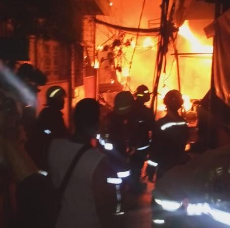 https: img-o.okeinfo.net content 2019 01 05 338 2000214 kawasan-padat-penduduk-di-jelambar-terbakar-34-mobil-damkar-dikerahkan-PTAIMfm7OA.jpg