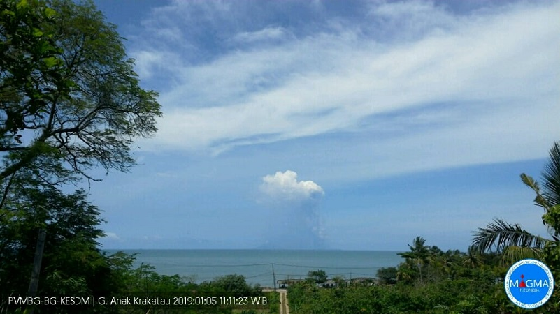 https: img-o.okeinfo.net content 2019 01 05 340 2000373 kembali-erupsi-gunung-anak-krakatau-semburkan-abu-hingga-1-500-meter-YdtzqHiKQW.jpg