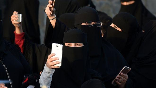 https: img-o.okeinfo.net content 2019 01 06 18 2000571 perempuan-arab-saudi-akan-mendapatkan-konfirmasi-perceraian-melalui-pesan-teks-82Y3A7P9hB.jpg