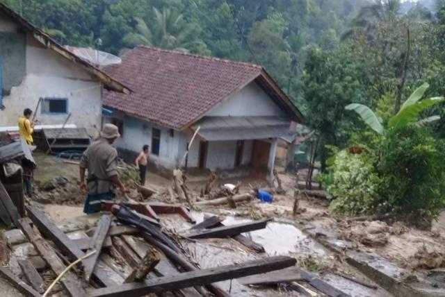 https: img-o.okeinfo.net content 2019 01 07 525 2000777 banjir-dan-longsor-terjang-kabupaten-kuningan-NBAxH0y9fe.jpg