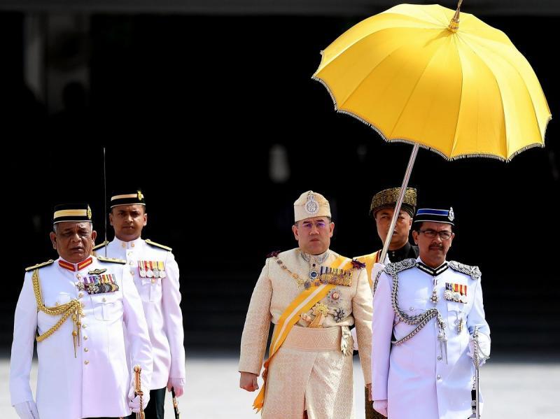 https: img-o.okeinfo.net content 2019 01 08 196 2001312 mundur-tanpa-alasan-dari-tahta-kerajaan-malaysia-intip-5-fakta-menarik-tentang-sultan-muhammad-v-Ve9YCIdIyG.jpg