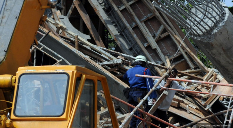 https: img-o.okeinfo.net content 2019 01 08 338 2001770 rumah-ambruk-di-taman-sari-satu-keluarga-terjebak-di-reruntuhan-JFMqJF7RBg.jpg