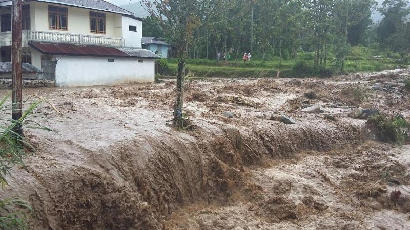 https: img-o.okeinfo.net content 2019 01 10 244 2002501 ribuan-warga-di-jembrana-bali-krisis-air-bersih-pasca-banjir-bandang-j7IOrrMk41.jpg