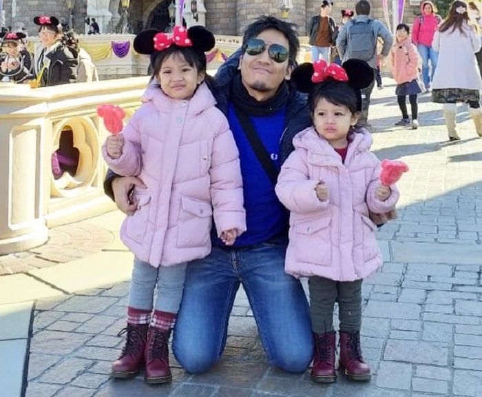 https: img-o.okeinfo.net content 2019 01 10 406 2002618 serunya-liburan-desta-bersama-dua-putrinya-ke-jepang-tanpa-ditemani-istri-byg7mmg4vn.jpg